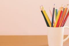 Bunte Bleistifte mit Kopienraumhintergrund Lizenzfreies Stockfoto