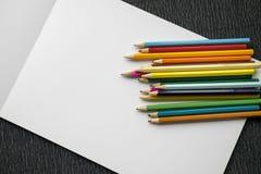 Bunte Bleistifte mit leerem Album Stockfoto