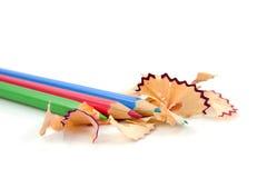 Bunte Bleistifte mit Schnitzeln Stockbilder