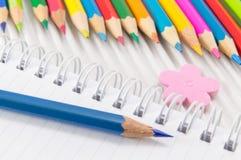 Bunte Bleistifte mit Zeichnung und Schreibensausrüstung Lizenzfreie Stockbilder
