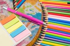 Bunte Bleistifte mit Zeichnung und Schreibensausrüstung Stockbilder
