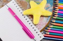 Bunte Bleistifte mit Zeichnung und Schreibensausrüstung Stockfotos