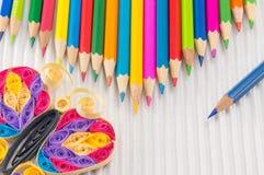 Bunte Bleistifte mit Zeichnung und Schreibensausrüstung Lizenzfreies Stockbild