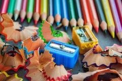 Bunte Bleistifte und Abfall Stockbild