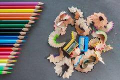 Bunte Bleistifte und Abfall Stockbilder