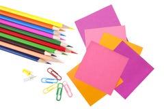 Bunte Bleistifte und Anmerkungspapiere Lizenzfreie Stockfotografie