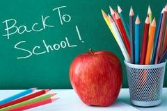 Bunte Bleistifte und Apfel Stockbilder
