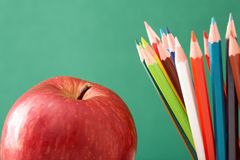 Bunte Bleistifte und Apfel Lizenzfreies Stockfoto