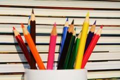 Bunte Bleistifte und Bücher Stockbild