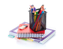 Bunte Bleistifte und Büroartikel Lizenzfreie Stockfotografie