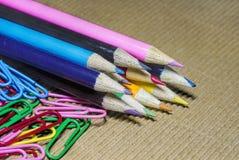 Bunte Bleistifte und Büroklammern Lizenzfreies Stockfoto