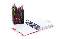 Bunte Bleistifte und Büronotizblock Lizenzfreie Stockfotos