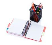 Bunte Bleistifte und Büronotizblock Stockfoto