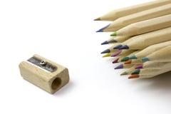 Bunte Bleistifte und Bleistiftspitzer Freie Abgaben-Bilder Lizenzfreies Stockbild