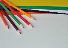 Bunte Bleistifte und Farbenpapier stockbild