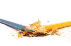 Bunte Bleistifte und hölzerne Schnitzel Lizenzfreie Stockbilder