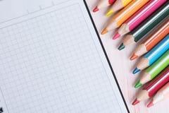Bunte Bleistifte und leerer Notizblock Lizenzfreies Stockbild