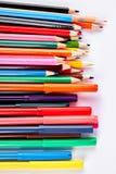 Bunte Bleistifte und Markierungen, weißer Hintergrund Stockfoto