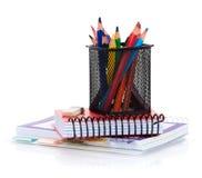 Bunte Bleistifte und Notizblöcke Stockbild