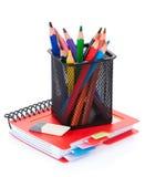 Bunte Bleistifte und Notizblock Stockbild