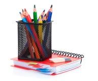 Bunte Bleistifte und Notizblock Stockbilder