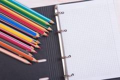Bunte Bleistifte und Notizblock Lizenzfreies Stockbild