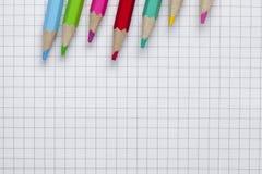 Bunte Bleistifte und Notizbuch Lizenzfreies Stockbild