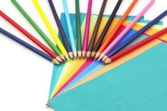 Bunte Bleistifte und Papiere Stockbild