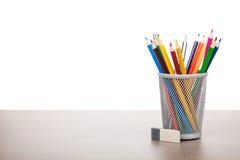 Bunte Bleistifte und Radiergummi Lizenzfreie Stockbilder
