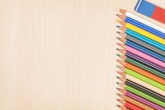 Bunte Bleistifte und Radiergummi Stockfotos