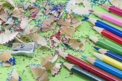 Bunte Bleistifte und schärfen Reste Stockbilder