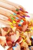 Bunte Bleistifte und Schnitzel Lizenzfreies Stockbild