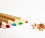 Bunte Bleistifte und Schnitzel Stockbilder