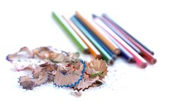 Bunte Bleistifte und Schnitzel auf weißem Hintergrund Stockfoto