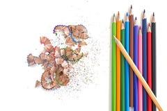 Bunte Bleistifte und Schnitzel auf weißem Hintergrund Stockbilder