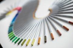 Bunte Bleistifte vereinbarten in einer Welle, die über weißem Hintergrund lokalisiert wurde Lizenzfreie Stockfotografie