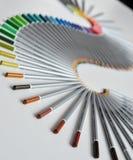 Bunte Bleistifte vereinbarten in einer Welle, die über weißem Hintergrund lokalisiert wurde Stockfoto