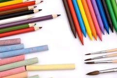 Bunte Bleistifte, Zeichenstifte, Kreiden und Malerpinsel Lizenzfreies Stockbild