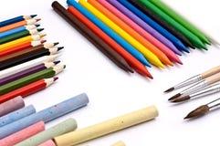 Bunte Bleistifte, Zeichenstifte, Kreiden und Malerpinsel Lizenzfreie Stockbilder