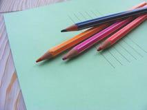 Bunte Bleistiftfarben und -schreiben buchen für zurück zu Schule Stockbild