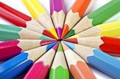 Bunte Bleistifte lokalisiert auf einem weißen Hintergrund Lizenzfreies Stockfoto