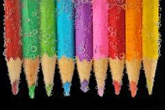 Bunte Bleistiftnahaufnahme in Wasser mit Blasen Lizenzfreies Stockbild