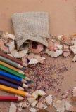 Bunte Bleistiftschnitzel aus Sack heraus Lizenzfreies Stockfoto