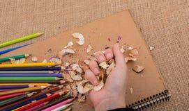 Bunte Bleistiftschnitzel in der Hand Lizenzfreies Stockbild
