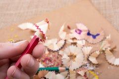 Bunte Bleistiftschnitzel in der Hand Lizenzfreies Stockfoto