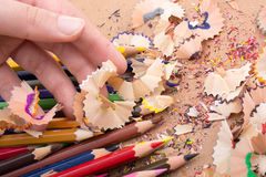 Bunte Bleistiftschnitzel in der Hand Stockfoto