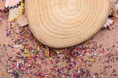 Bunte Bleistiftschnitzel und -Stück Holz Lizenzfreies Stockfoto
