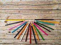 Bunte Bleistiftzeichenstifte auf hölzernem Hintergrund Stockfoto