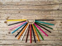 Bunte Bleistiftzeichenstifte auf hölzernem Hintergrund Lizenzfreie Stockfotografie