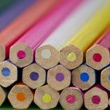 Bunte Bleistiftzeichenstifte, zurück zu Schulkonzept Stockfotografie